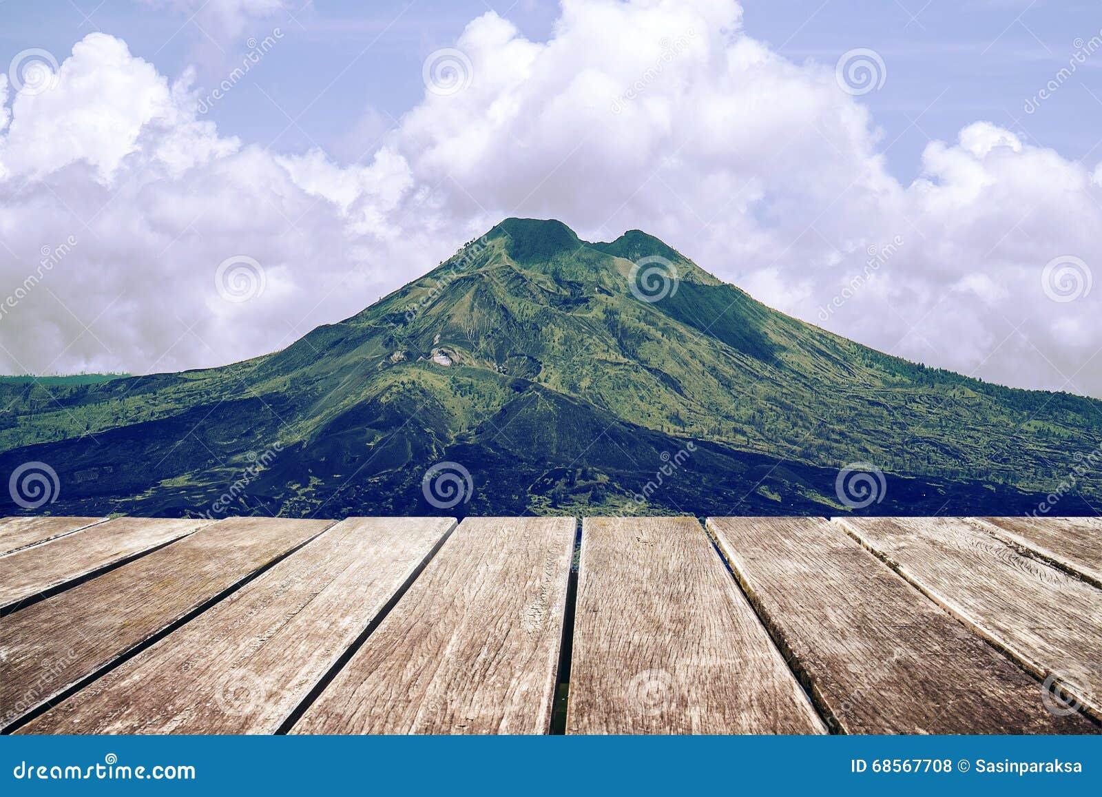 Tono Terraza : Terraza de madera con el paisaje de la montaña y del cielo tono del