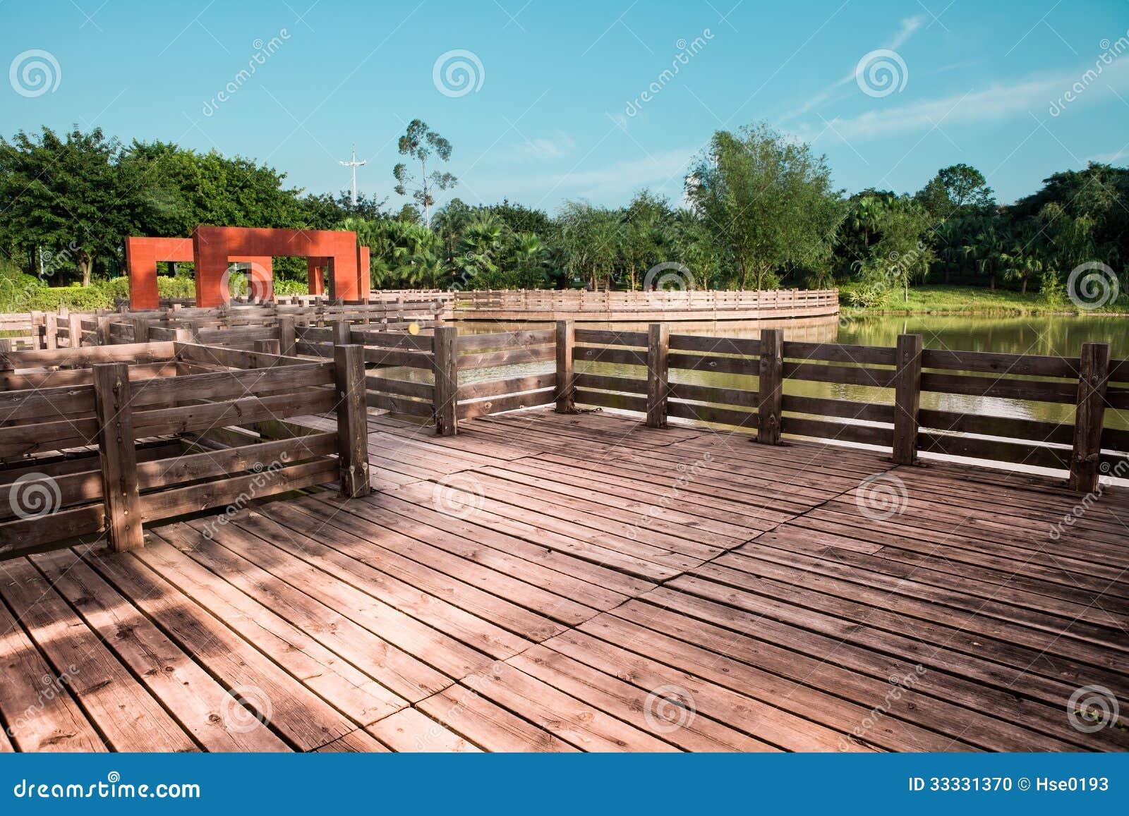 Terraza De Madera En El Jard N Foto De Archivo Imagen