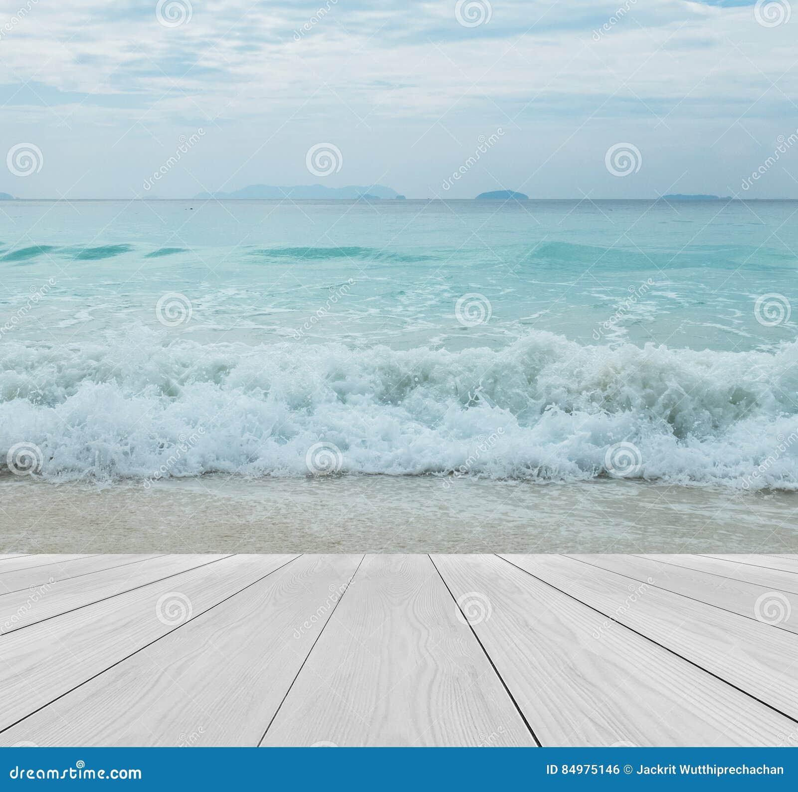 Terraza De Madera En La Playa Con El Cielo Claro Crystal