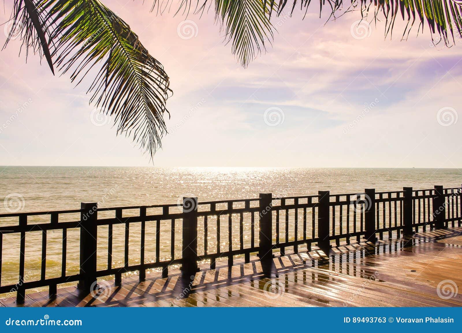 Terraza De Madera En La Playa Que Mira Al Mar Chispeante