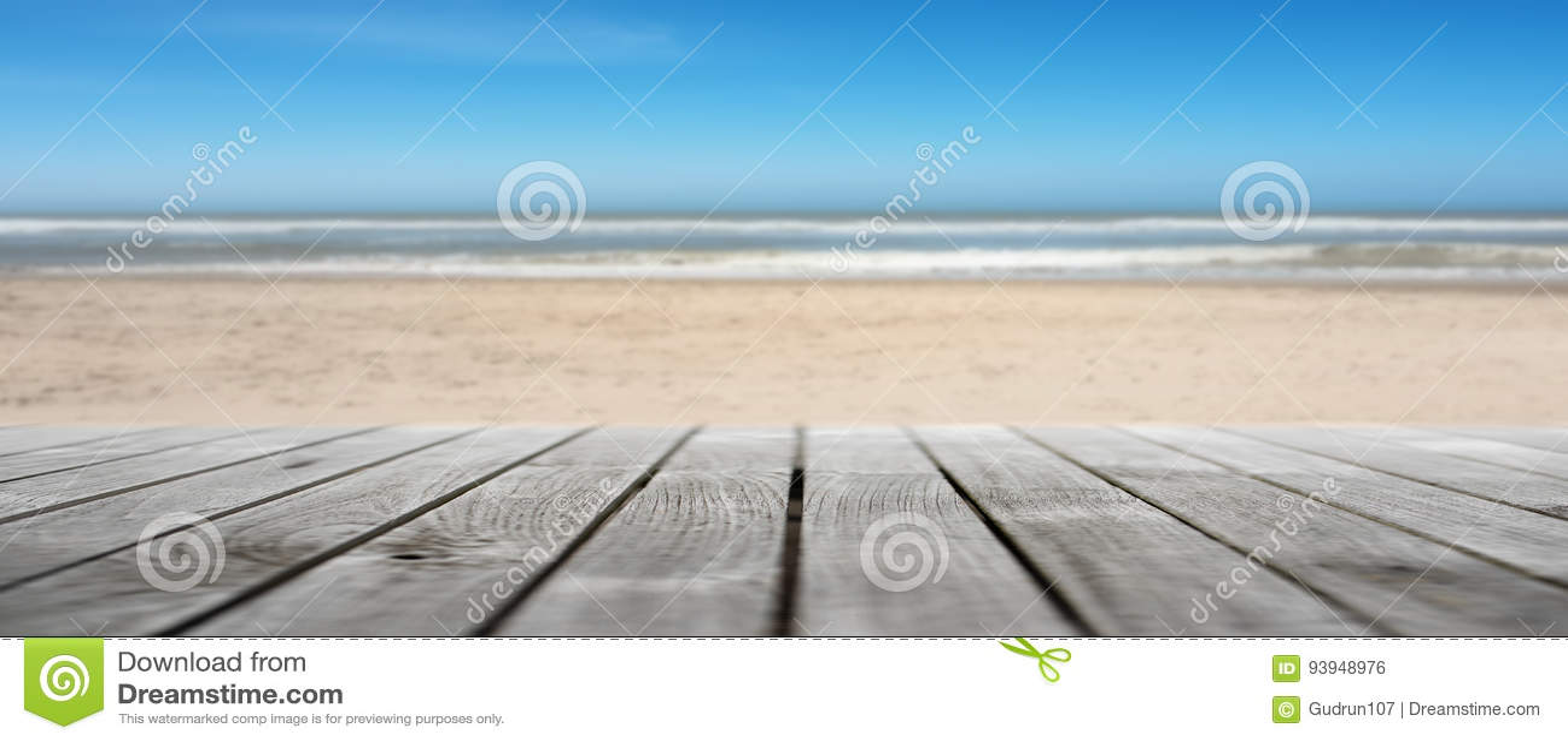 Terraza De Madera En Una Playa Vacía Foto De Archivo