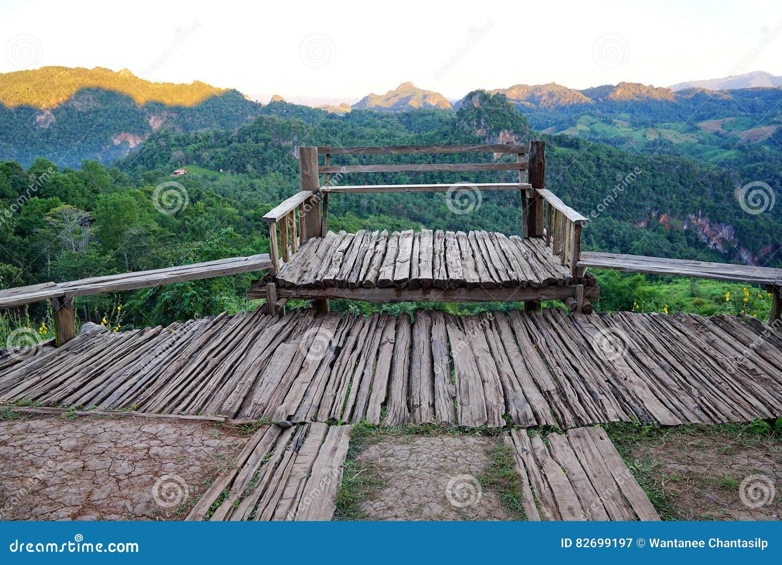 Terraza De Madera Vieja Del Balcón Con Mountain View En Baan