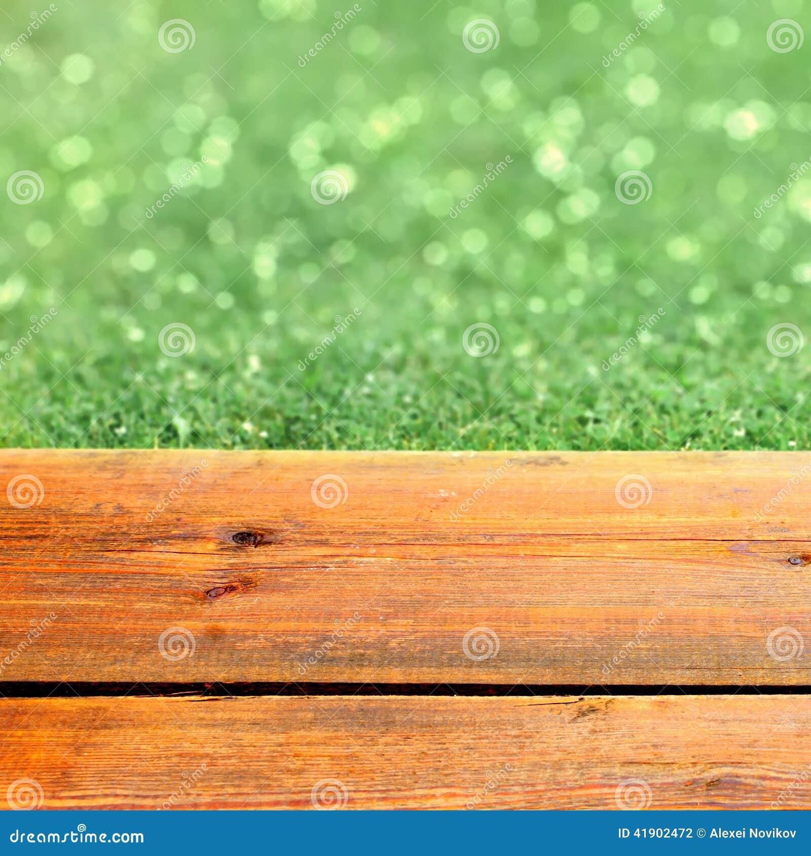 Terraza de madera y verde Bokeh
