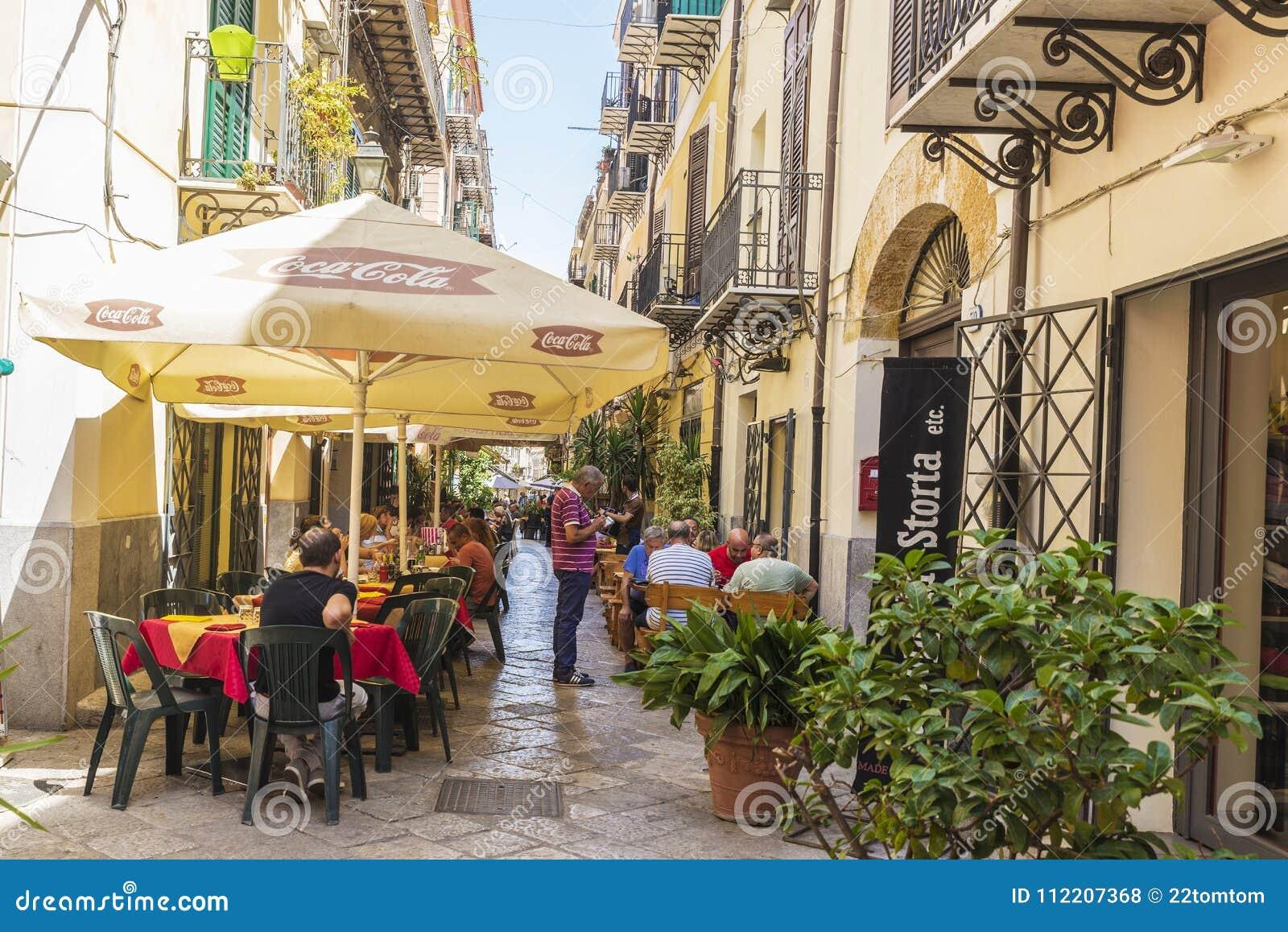 Terraza De Una Barra Del Restaurante En Palermo En Sicilia