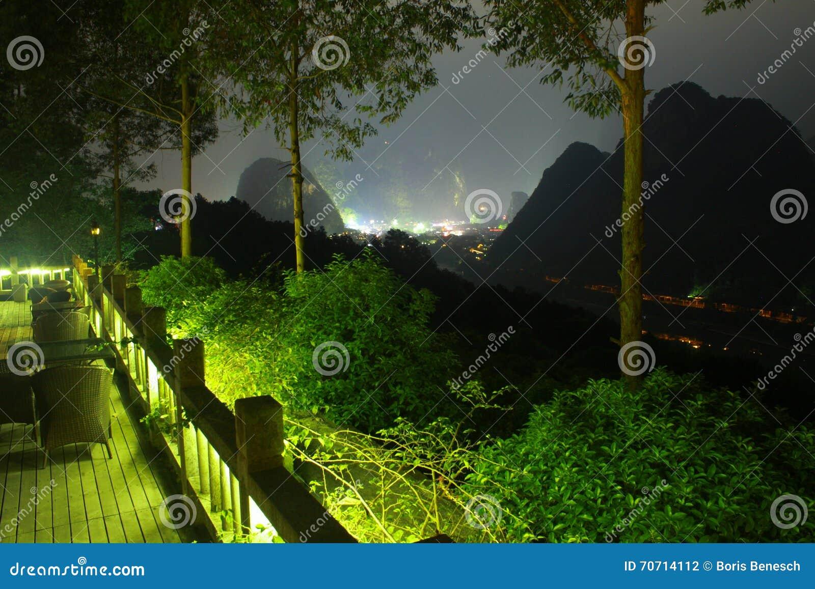 Terraza Del Hotel De China Con Las Montañas En La Noche Foto