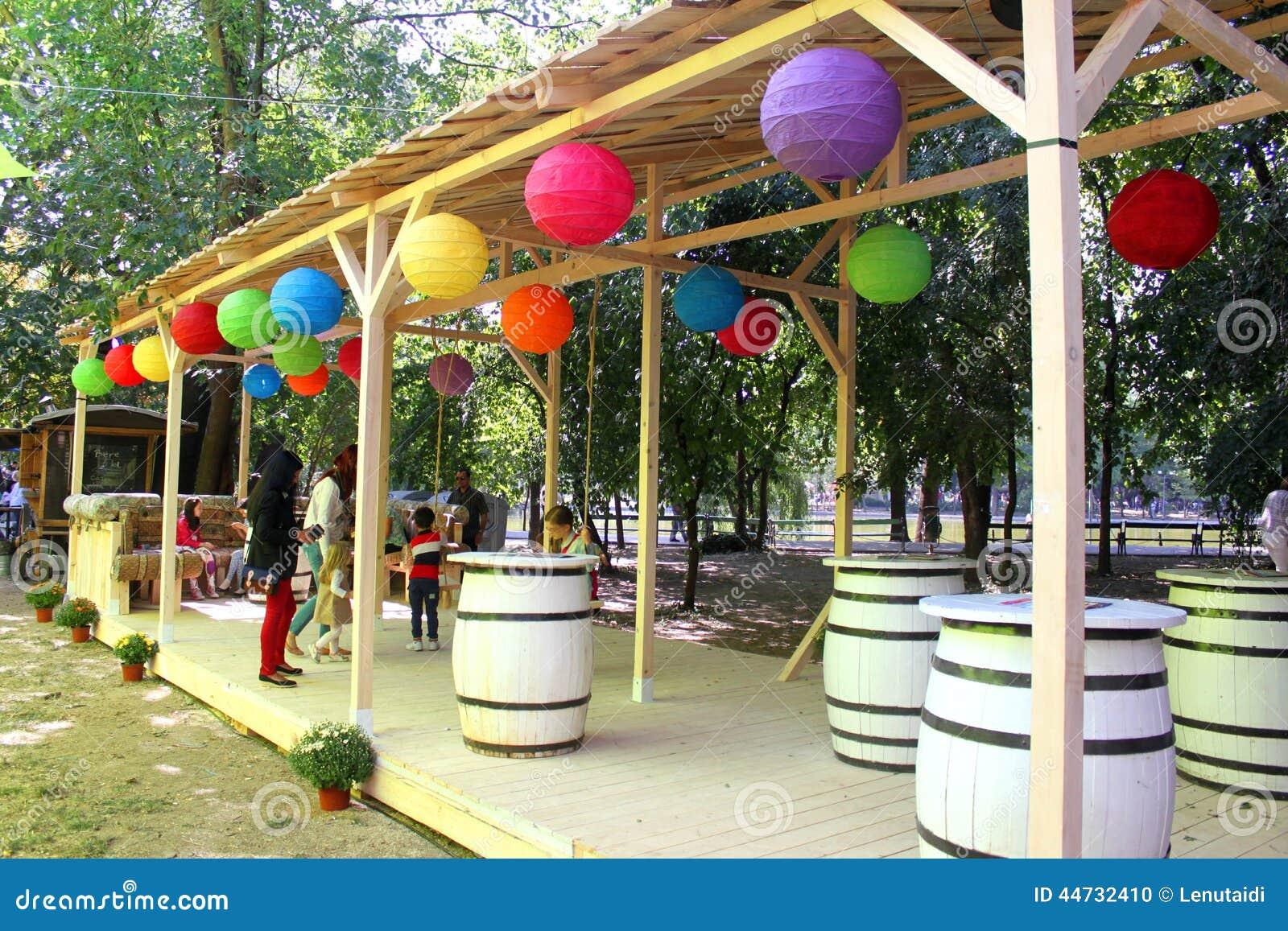 Terraza r stica con las l mparas coloridas imagen - Lamparas terraza ...
