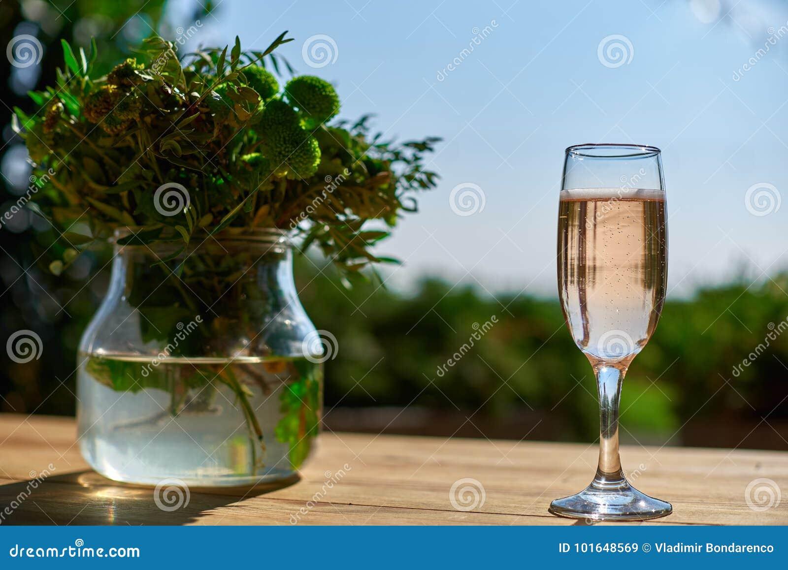 Terraza Vidrio Con Champán En Una Tabla De Madera Imagen De