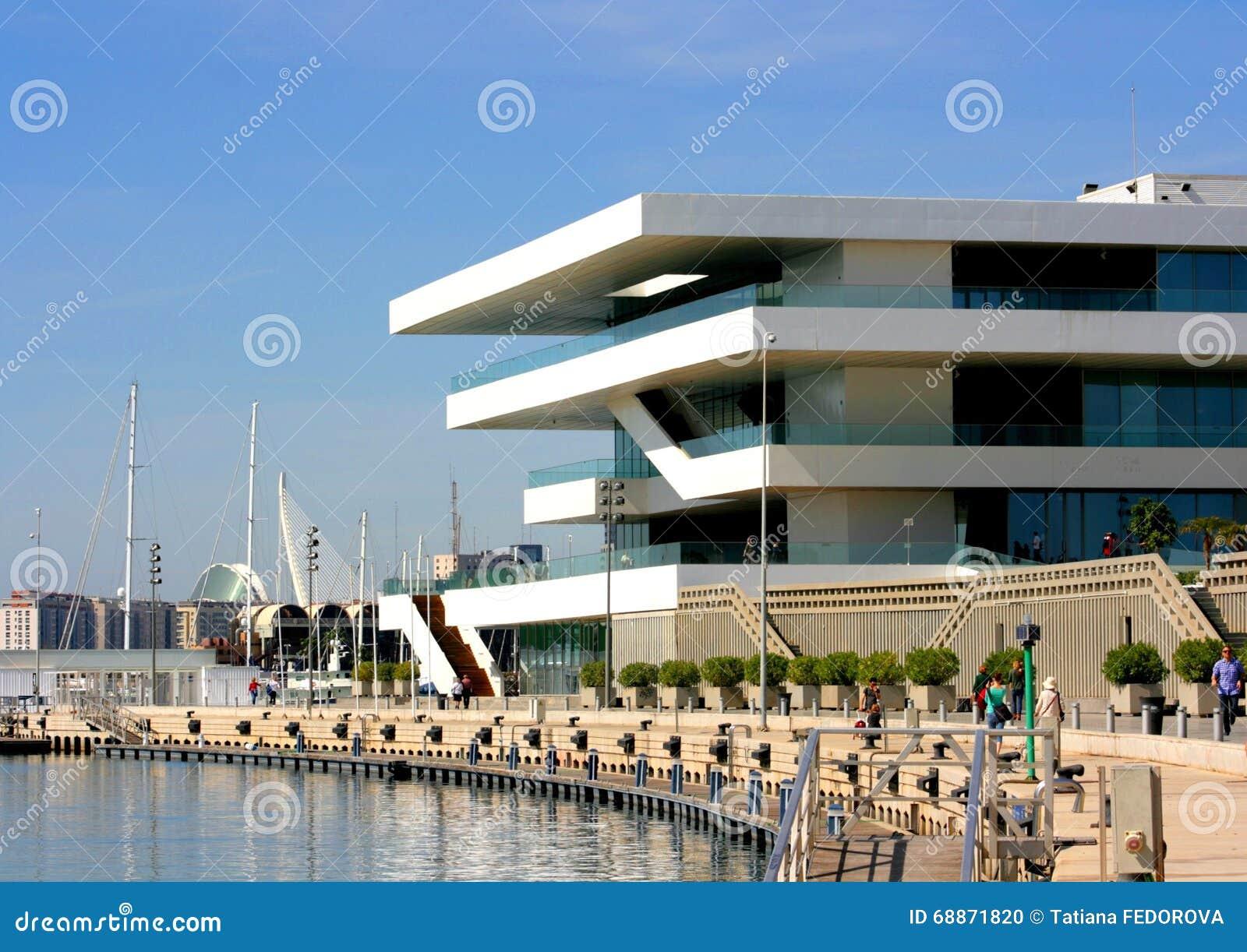 Terrazas De La Opinión Del Mar En El Edificio Moderno En El