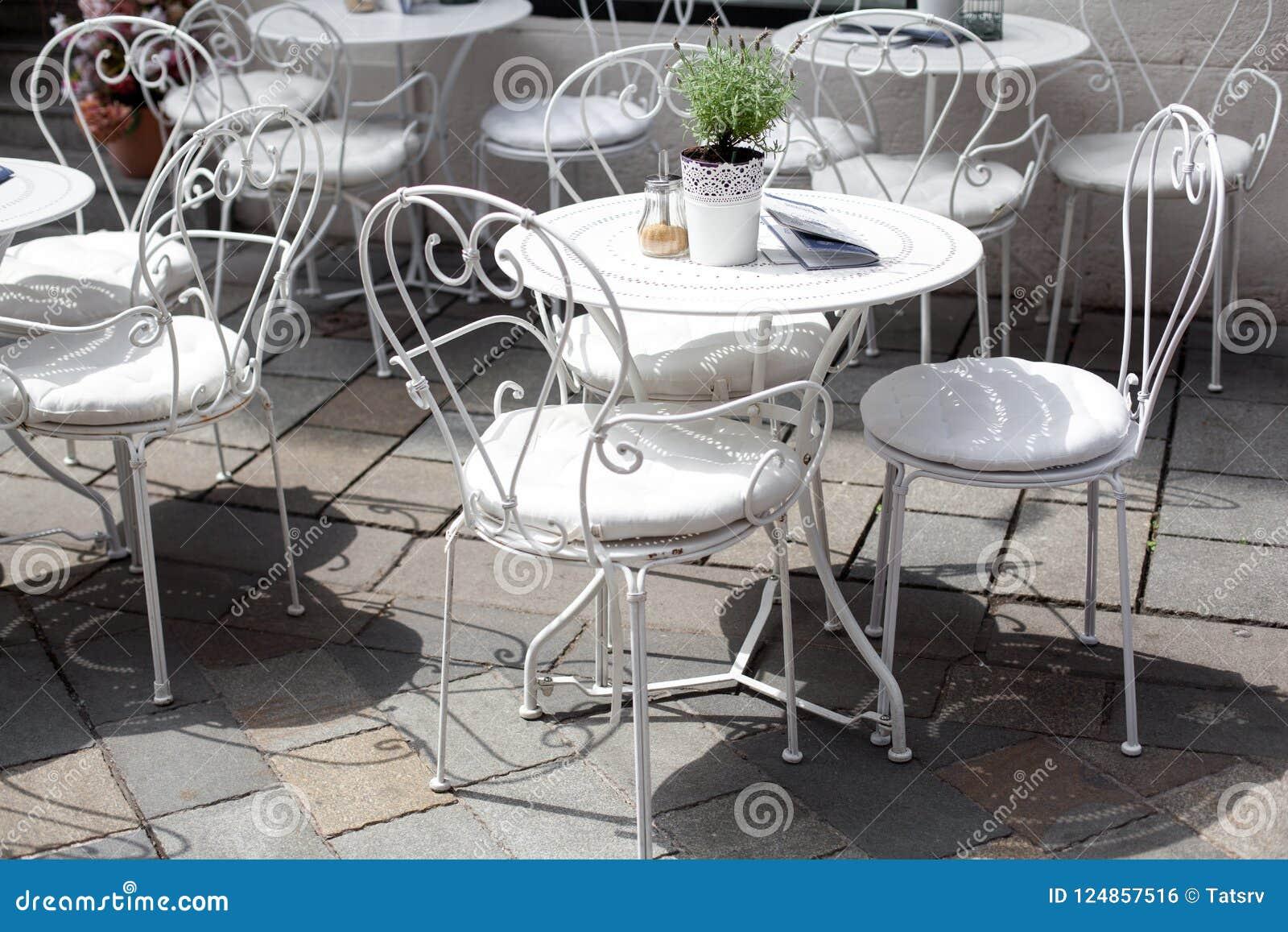 Sedie In Ferro Battuto Bianche.Terrazzo All Aperto Del Caffe Con Le Belle Sedie Bianche Del