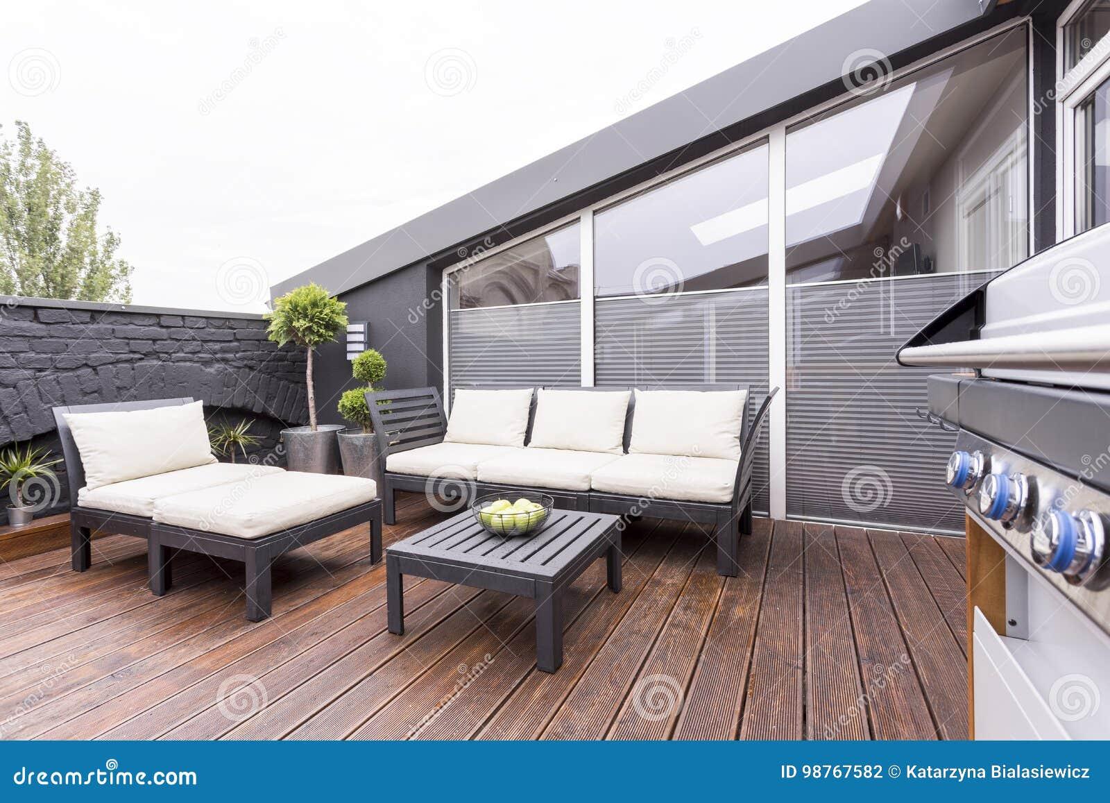 terrazzo alla moda con mobili da giardino fotografia stock