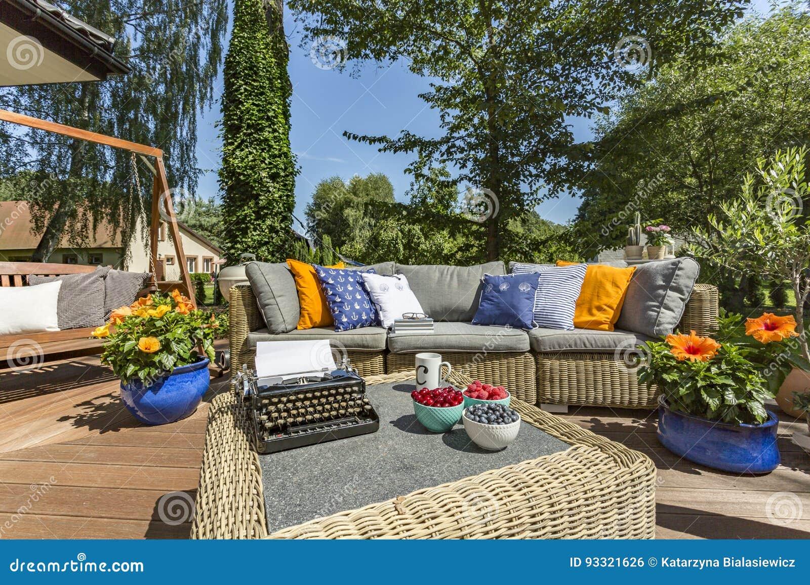Mobili Per Giardino E Terrazzo.Terrazzo Con Mobili Da Giardino E La Macchina Da Scrivere Fotografia