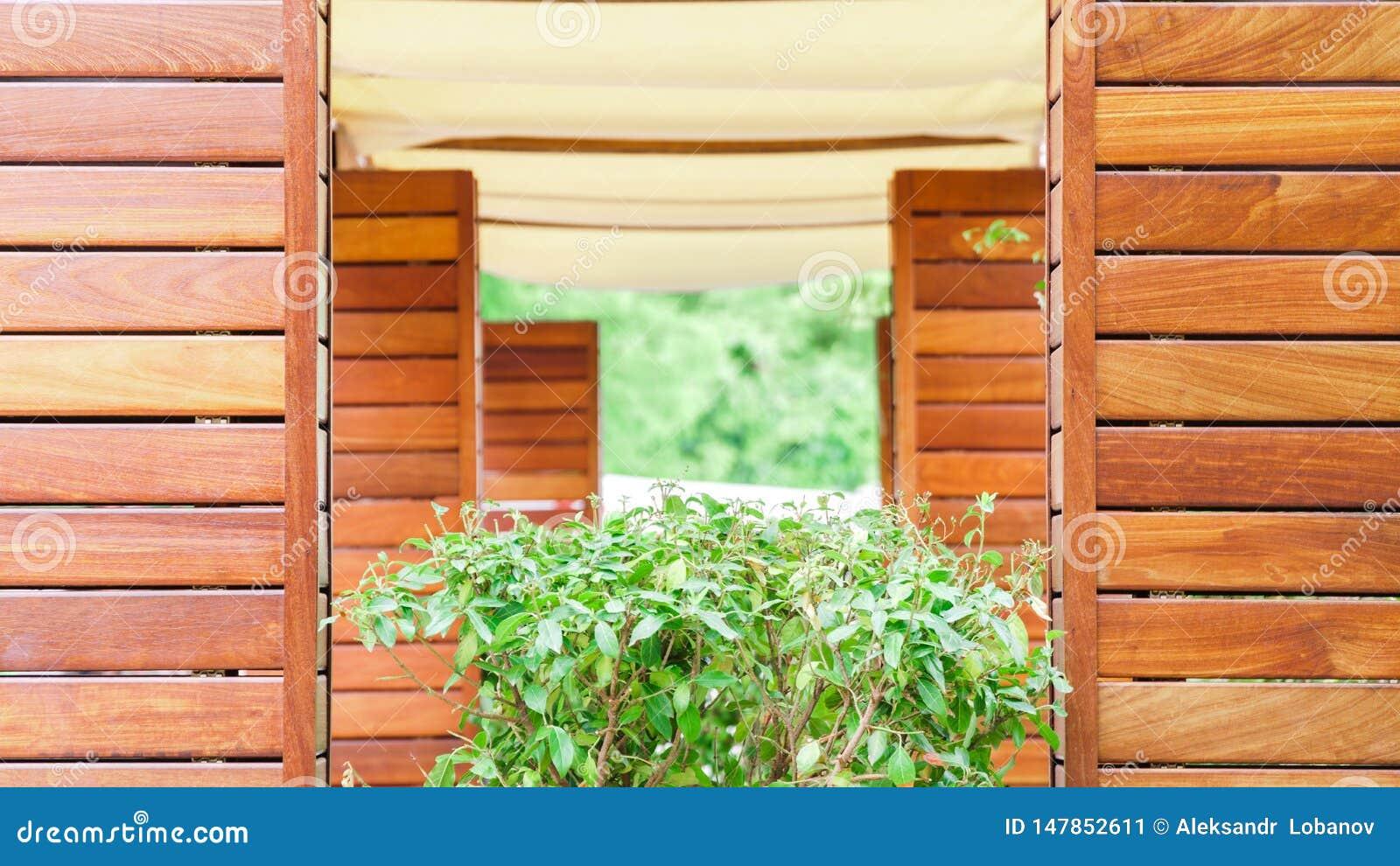 Terrazzo di estate in un caffè fatto di legno