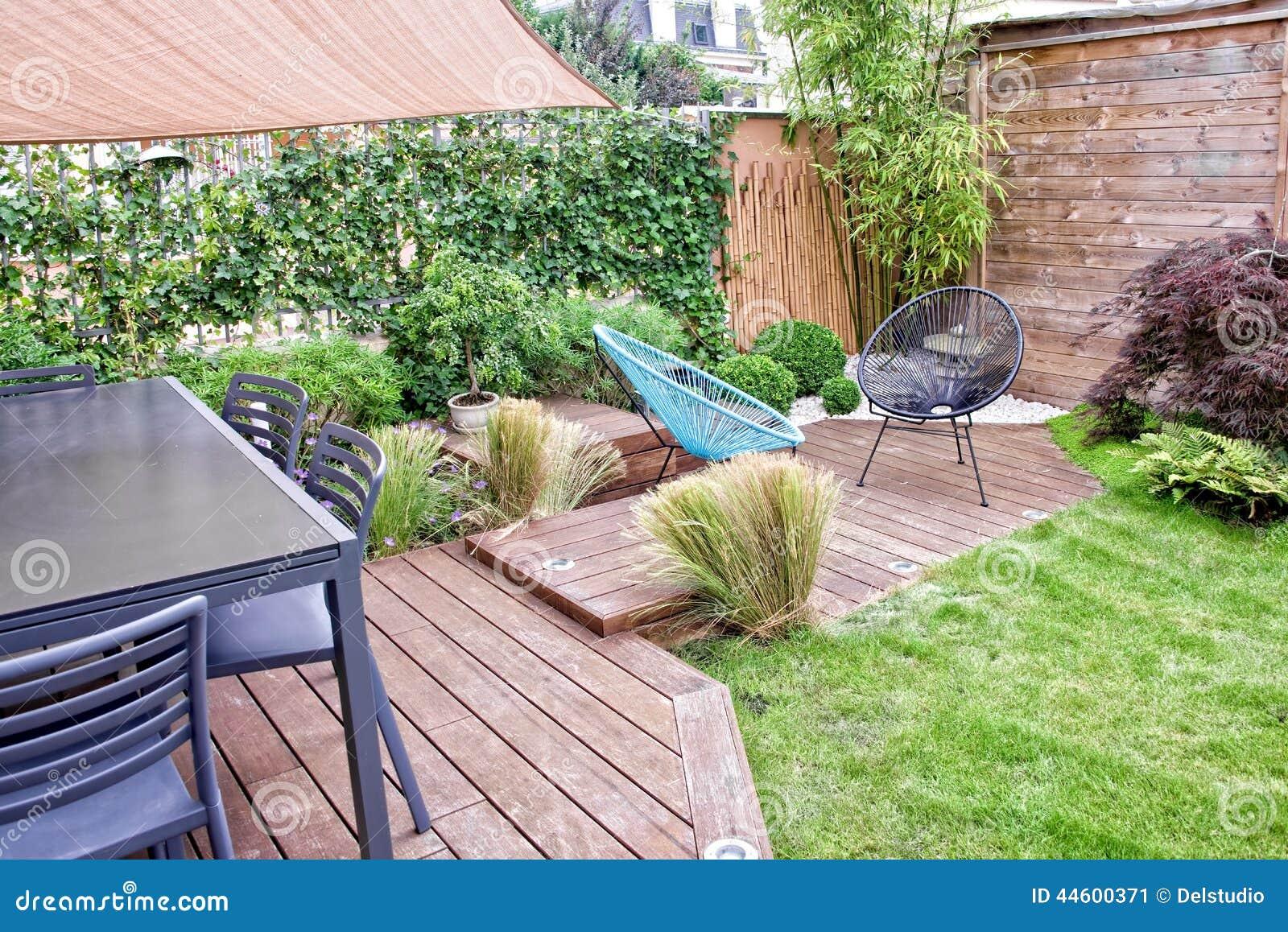 Giardino con il pergola e lo stagno di legno fotografia stock ...