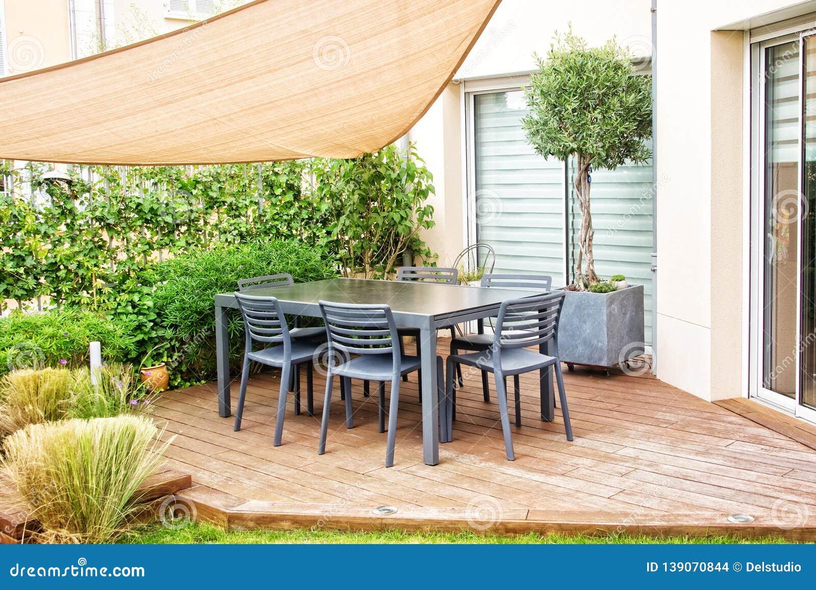 Terrazzo Moderno Con Il Tavolo Da Pranzo E Le Sedie ...