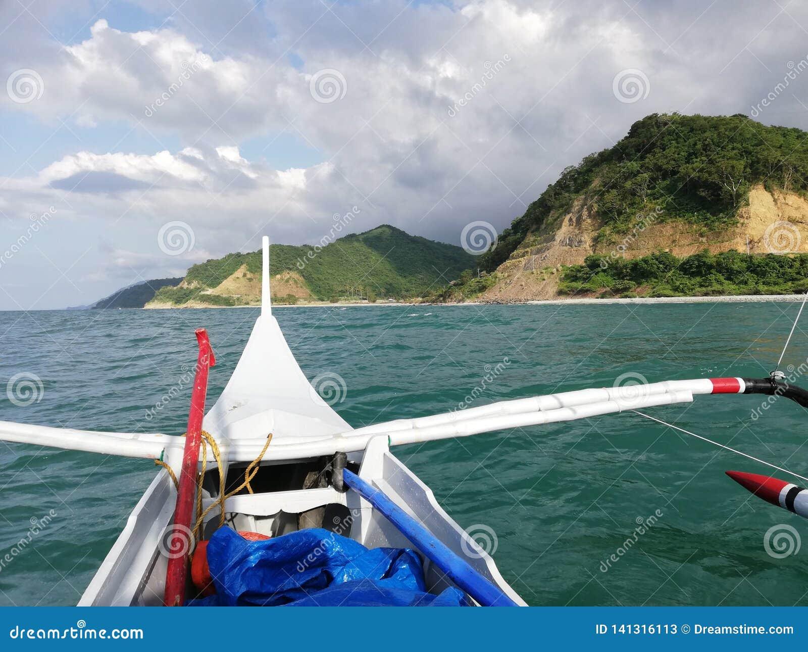 Terre, ho ! Vue de littoral tropical de banka