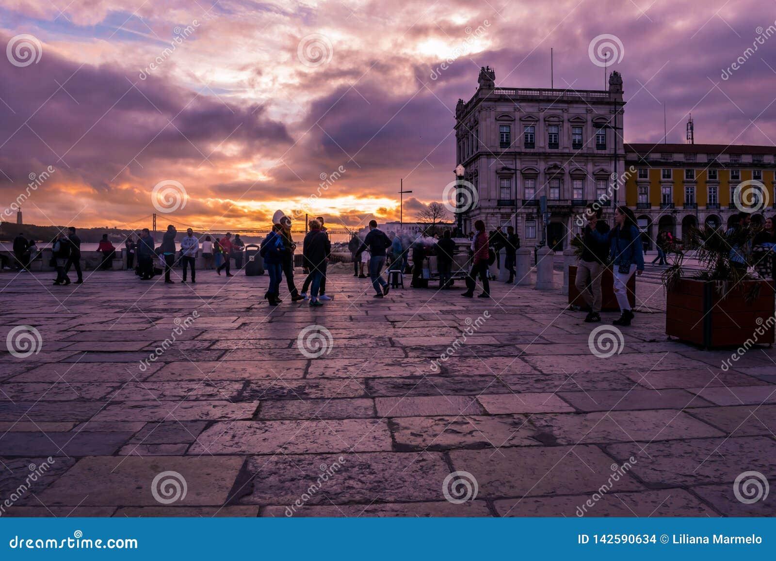 Terreiro font Paço, Lisbonne - 17 mars 2019 - les gens flânant dans la place sous un coucher du soleil éblouissant et coloré, Po