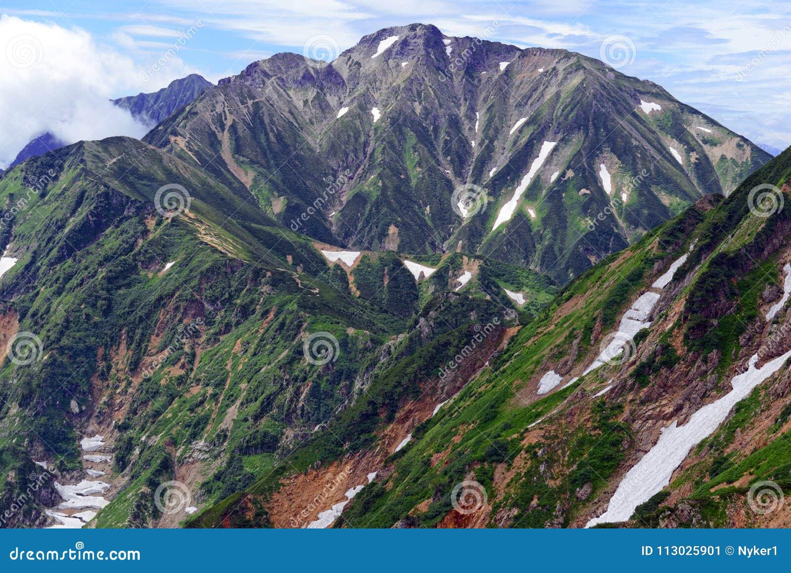Terreno alpino de las montañas septentrionales en Japón