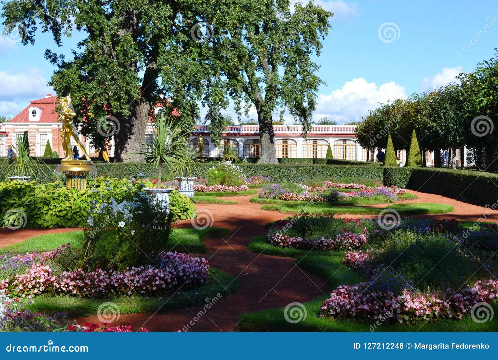 Territorium av parkerahelheten Peterhof i St Petersburg
