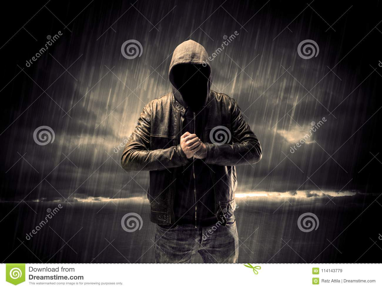 Terroriste anonyme dans le hoodie la nuit