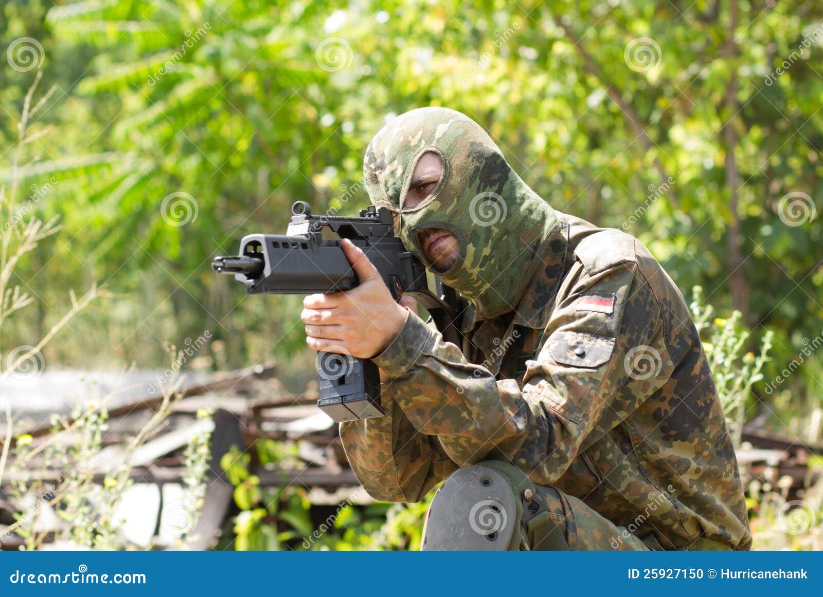 Terroriste avec un canon à l extérieur