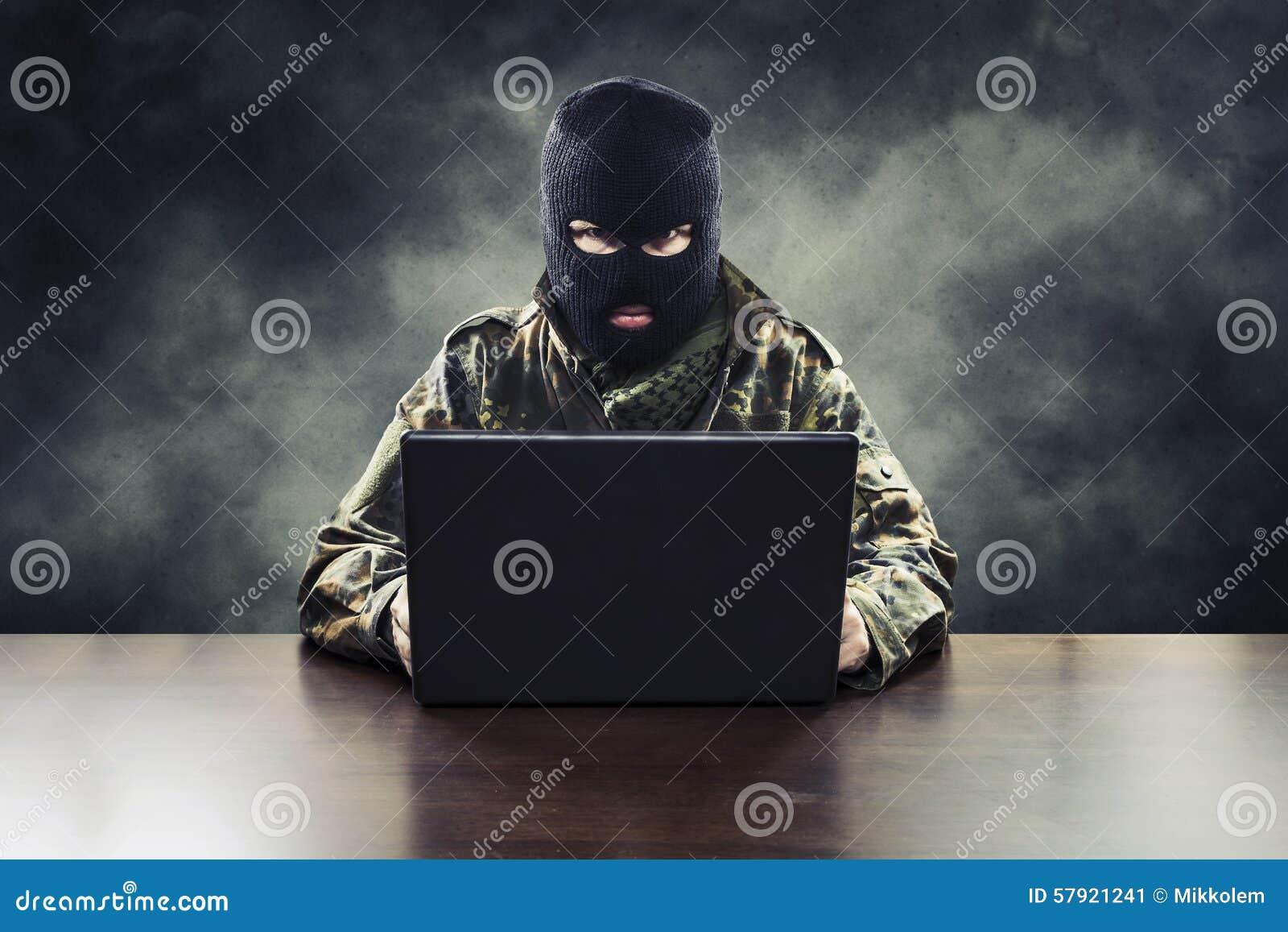 Terroriste de Cyber dans l uniforme militaire