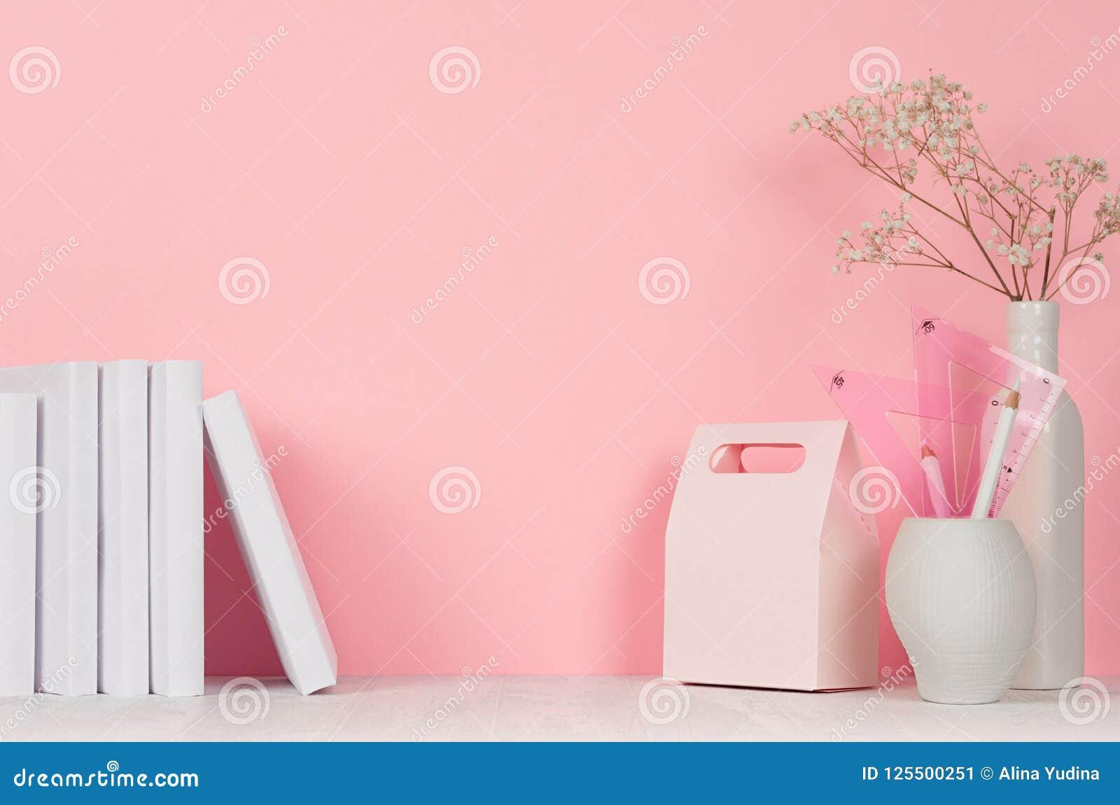 Terug naar achtergrond van het school de roze meisje ` s wit