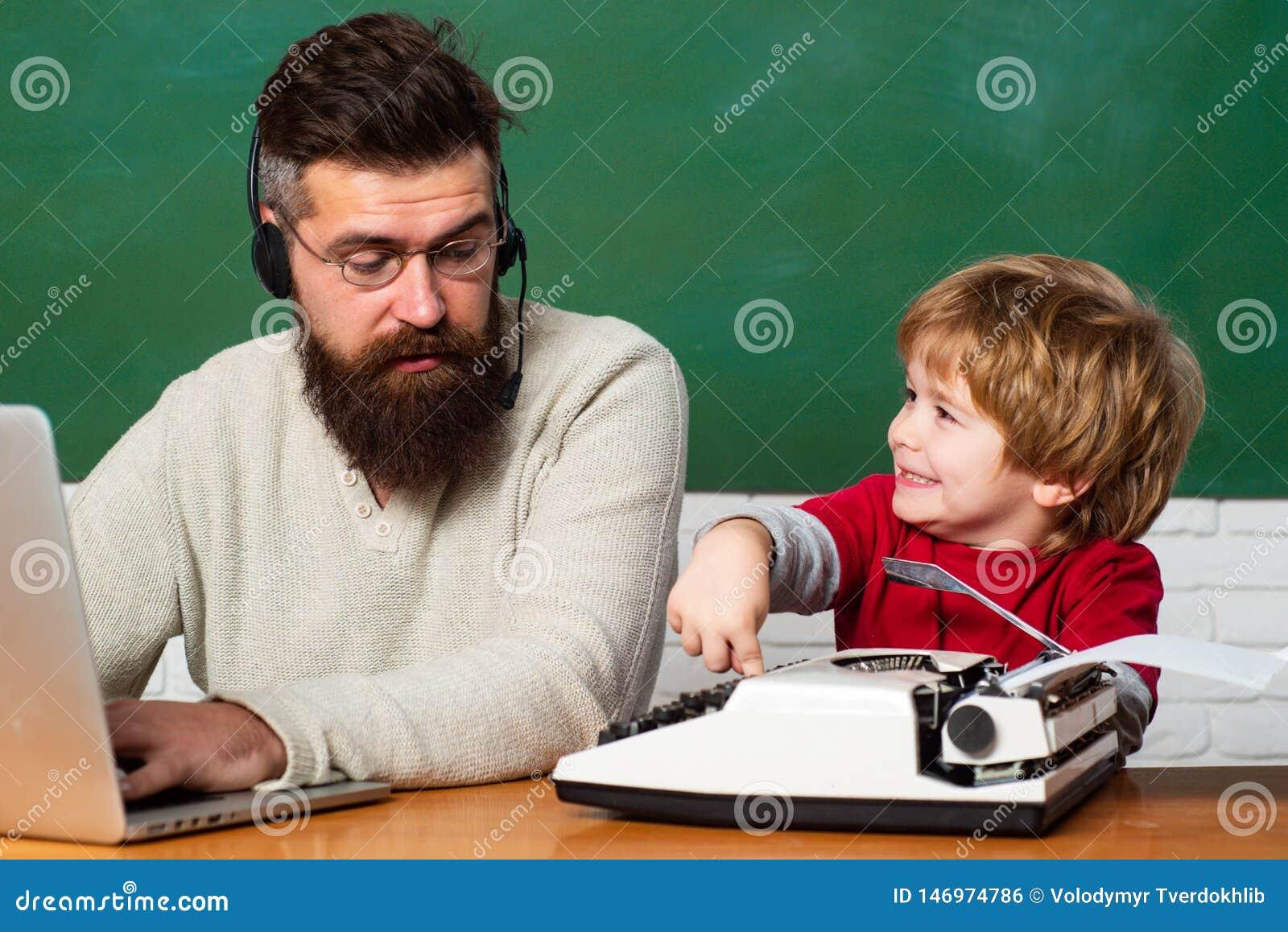 Terug naar School Jonge jongen die zijn schoolthuiswerk met zijn vader doen Leraar die jonge geitjes met hun binnen thuiswerk hel