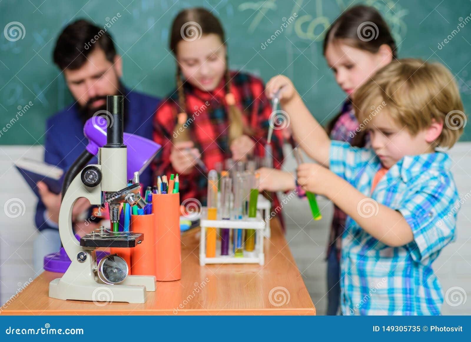 Terug naar School Onderwijs concept kinderenwetenschappers die experimenten in laboratorium maken Leerlingen in de chemieklasse