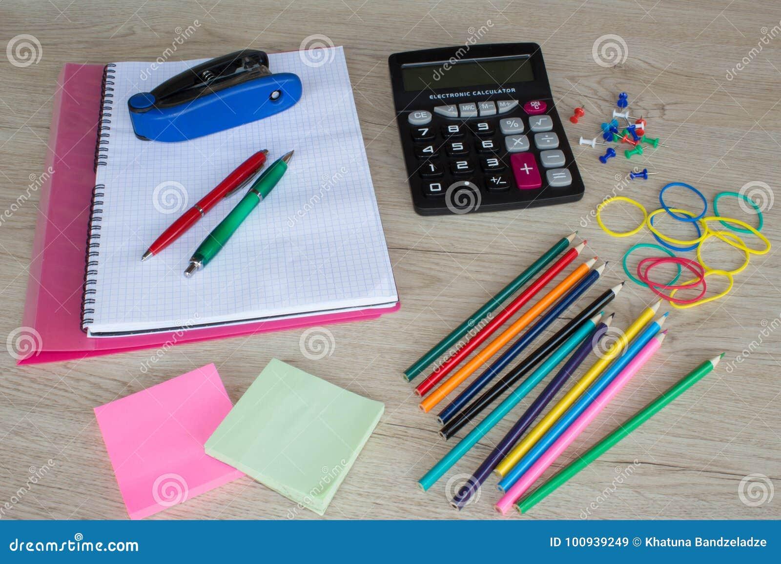 Terug naar school onderwijsbanner met kleurrijke potloden en