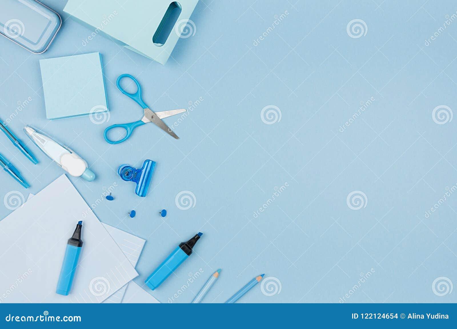 Terug naar schoolachtergrond - roze jongens` s verschillende die kantoorbehoeften op zachte blauwe document achtergrond, hoogste