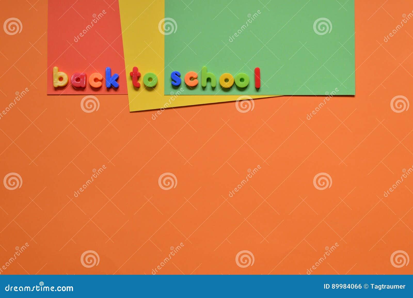 TERUG NAAR SCHOOLbrieven op kleurrijk karton