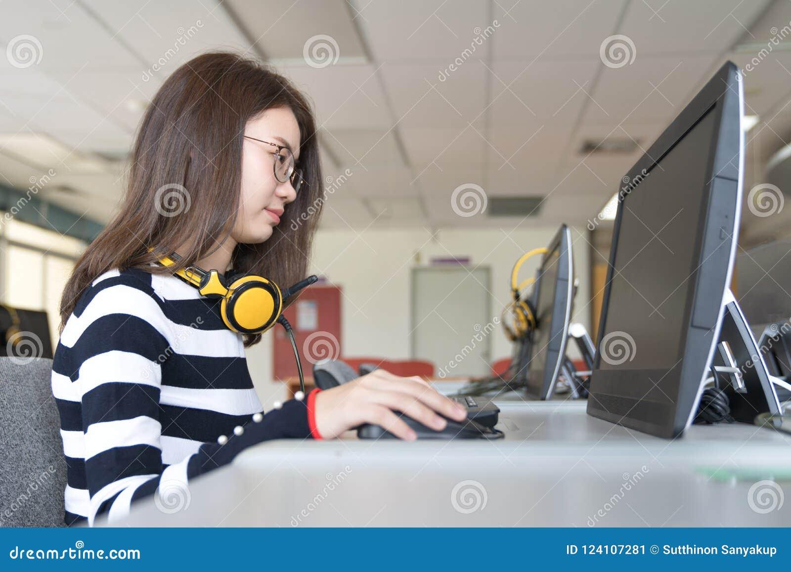 Terug naar van de de kennisuniversiteit van het schoolonderwijs het universitaire concept, Jongeren die gebruikte computer en tab