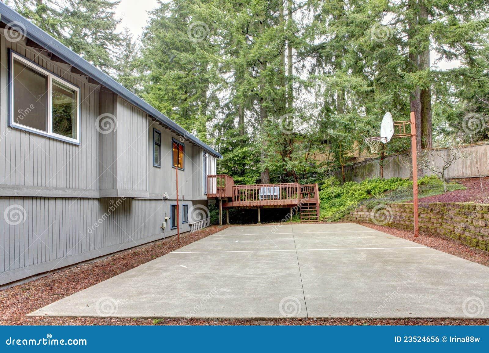 Terug van het grijze huis met de speelplaats van de mandbal stock foto afbeelding 23524656 - Huis van het wereldkantoor newport ...