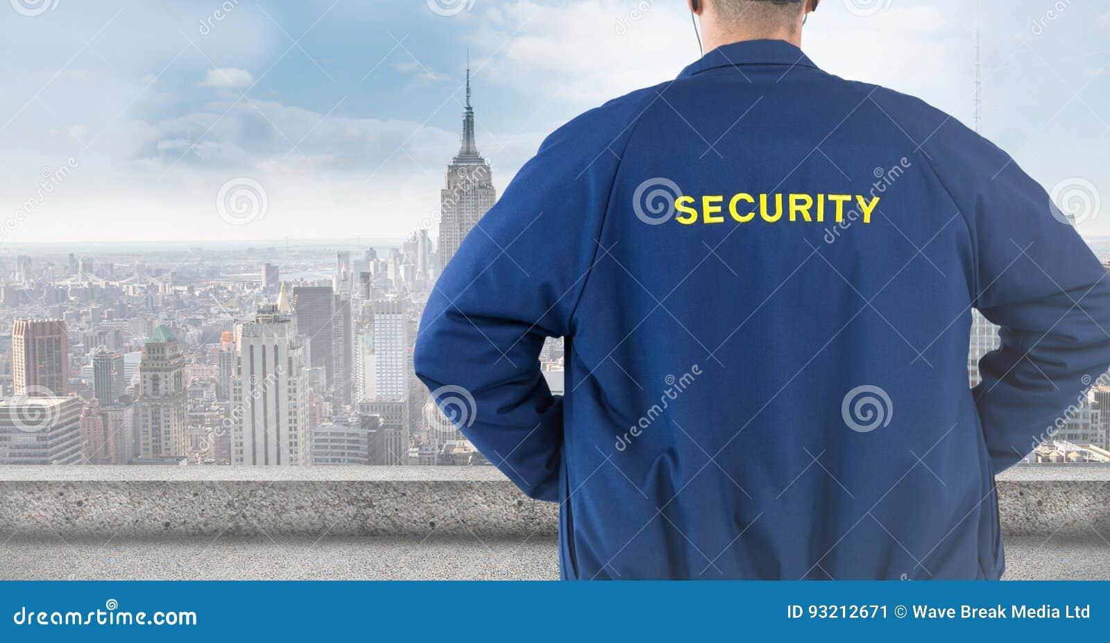 Terug van veiligheidsagent tegen onscherpe horizon