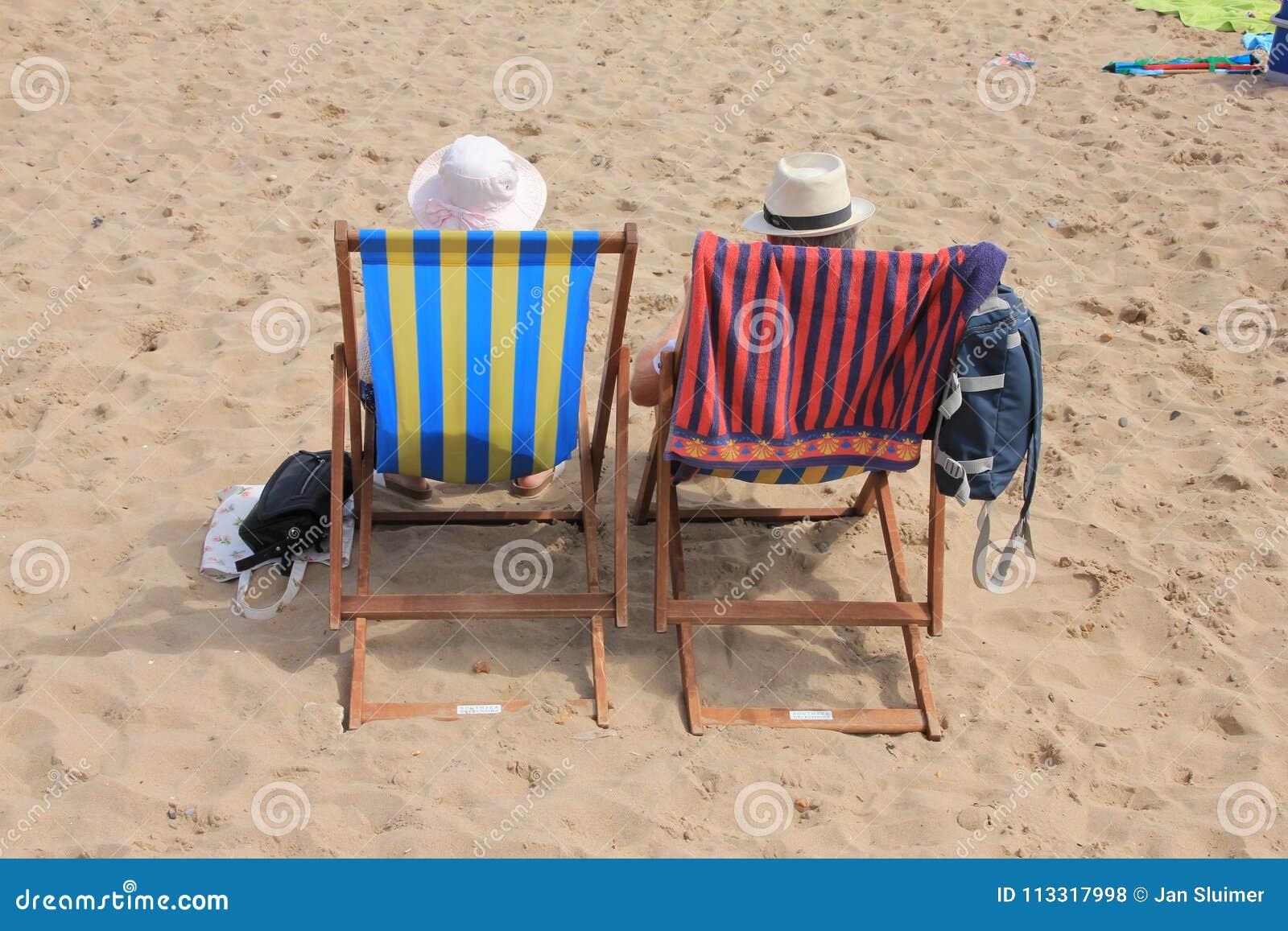 Teruggetrokken paar, mens en vrouw op het strand