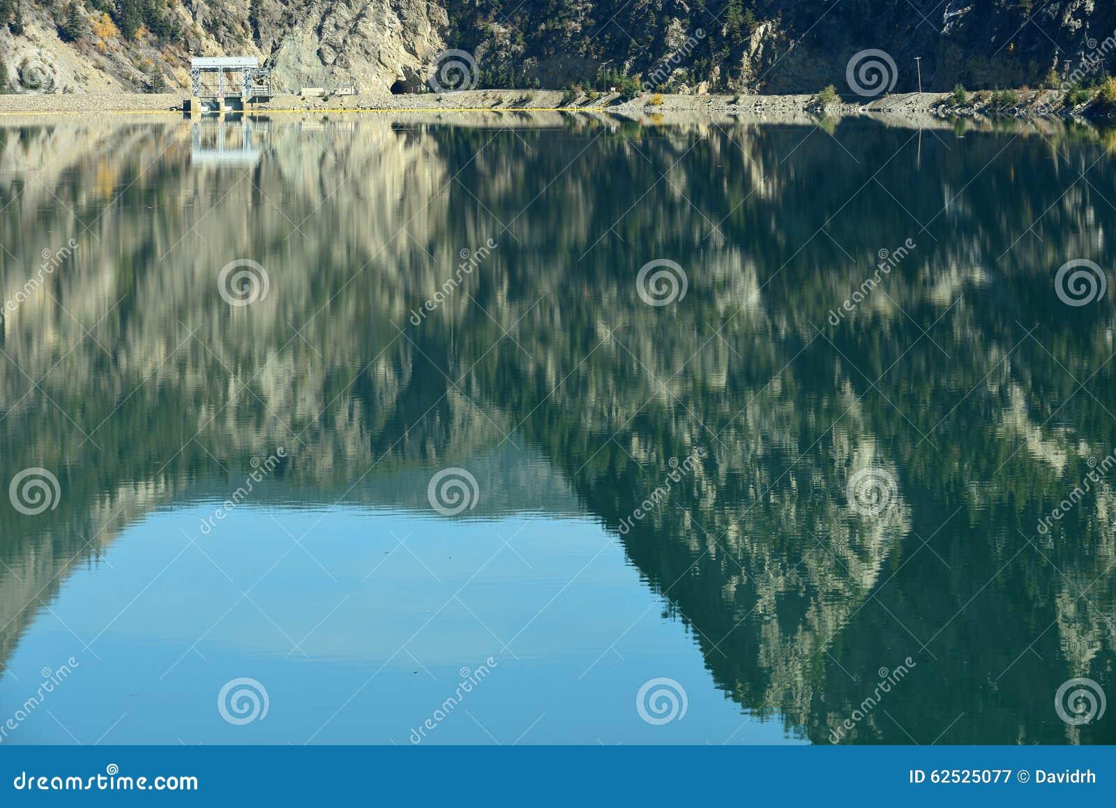 Terzaghi水坝和反射在Carpenter湖水库在小温