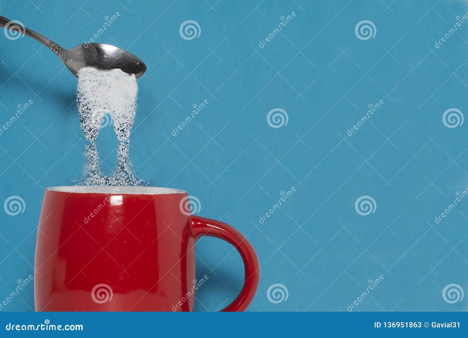 Teskeden sätter socker i en kopp Begreppet av farorna av överdriven förbrukning av socker