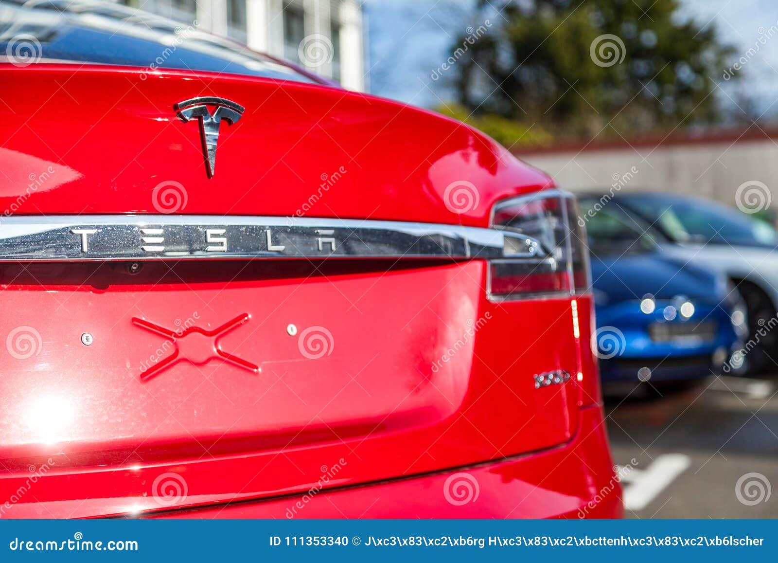 Tesla-Logo auf einem Tesla-Auto