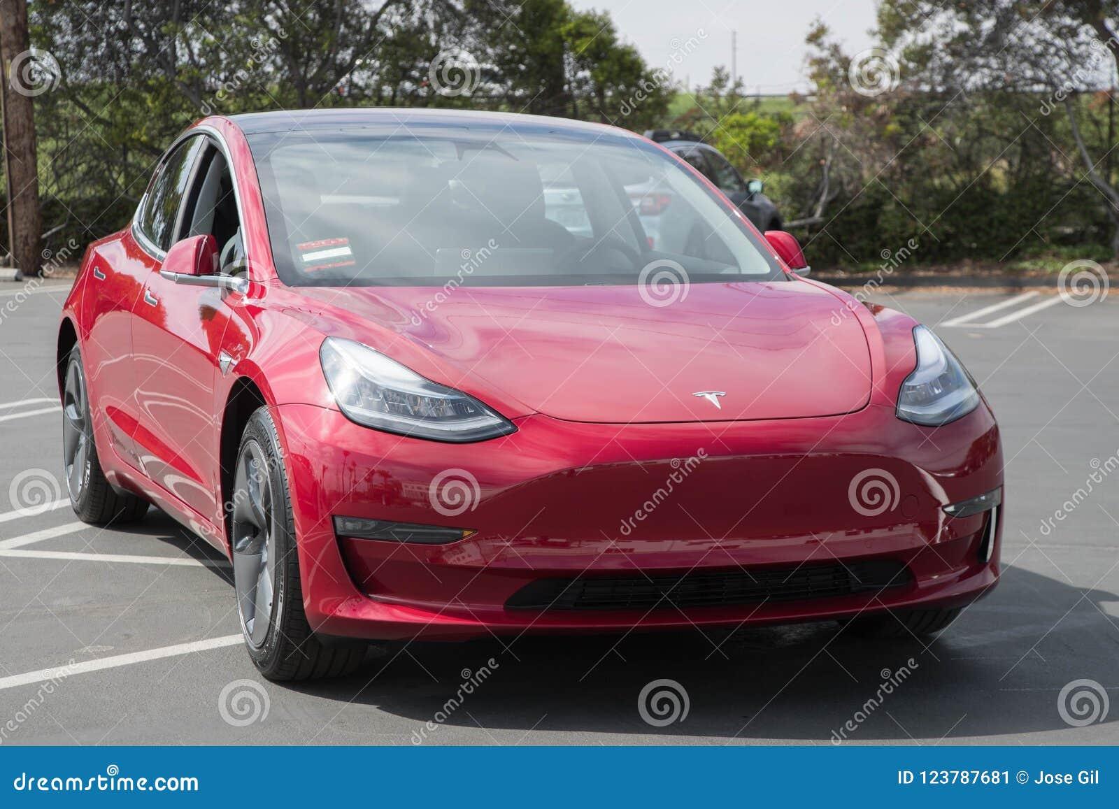 Tesla model 3 przy Doręczeniowym centrum