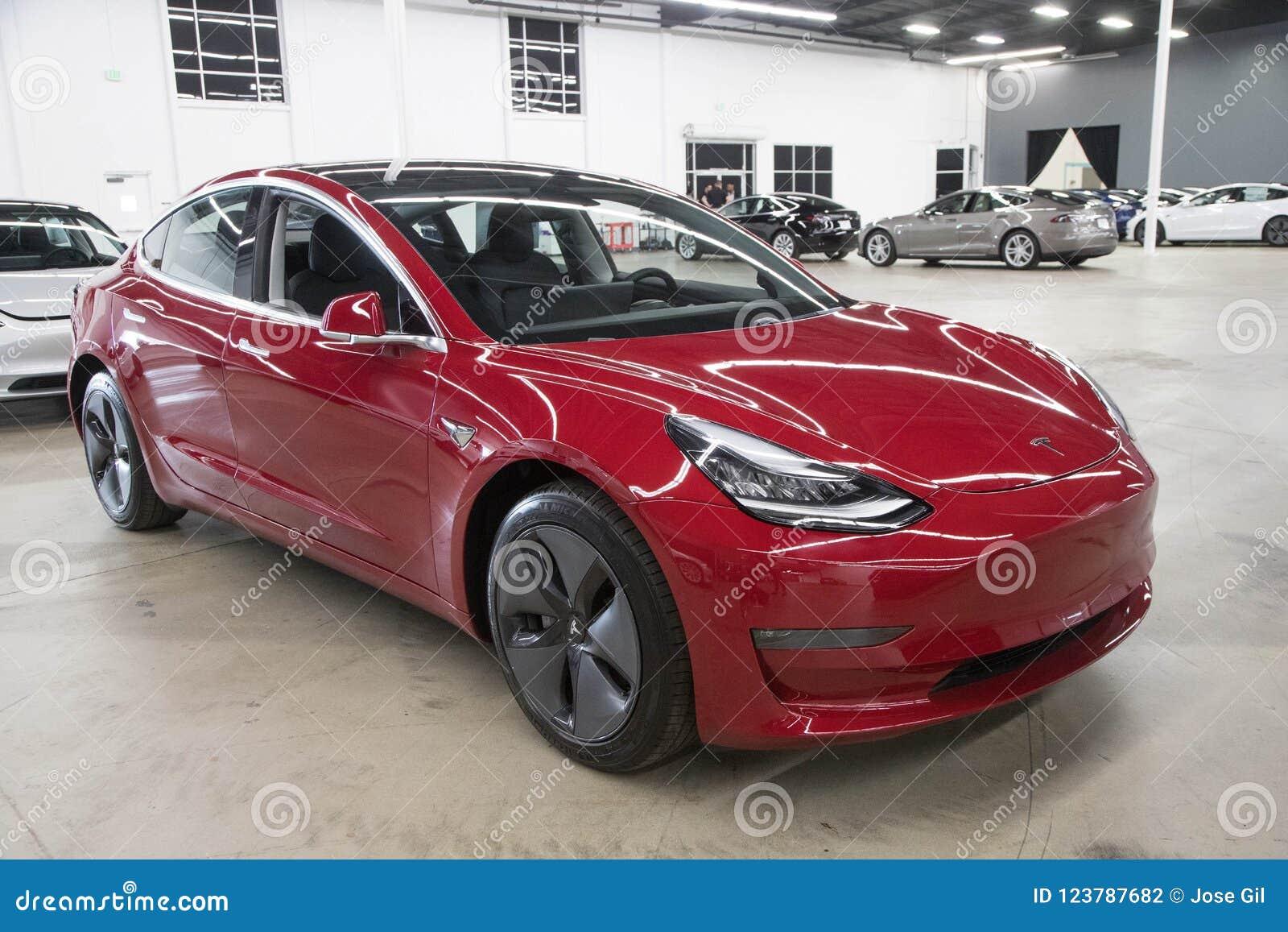 Tesla model 3 w Doręczeniowym centrum