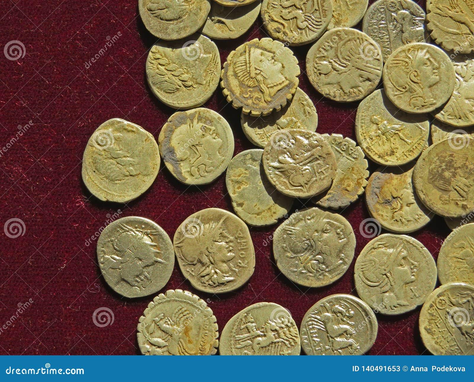 Tesoro antico della moneta Soldi rotondi dorati timbrati