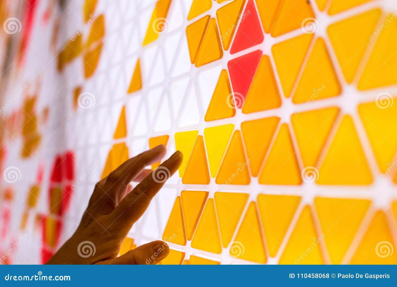Tessellation av en nivå med orange och röd kulöra triaen den guling,
