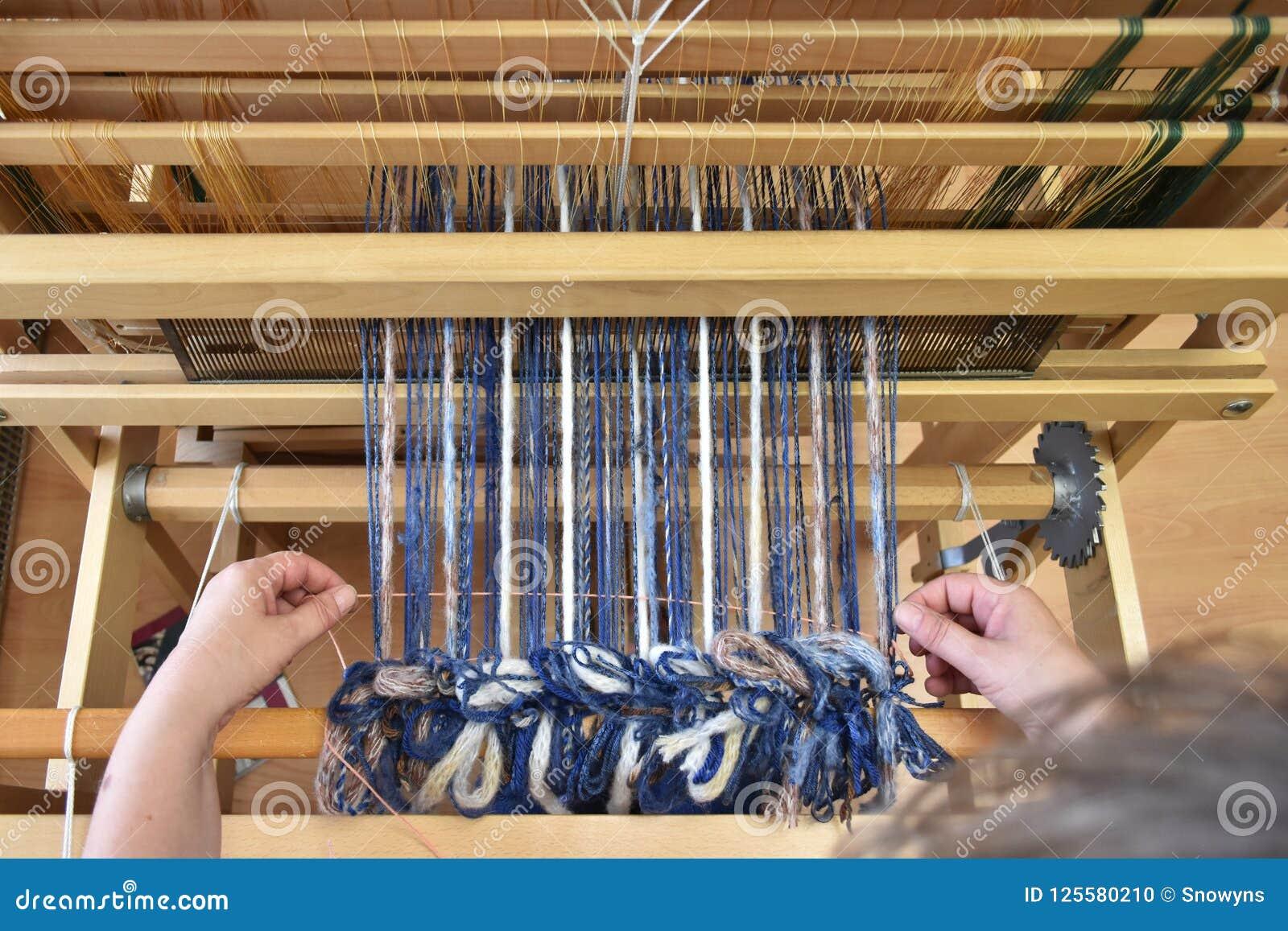 Tessitura Della Donna Su Un Telaio Fotografia Stock ...