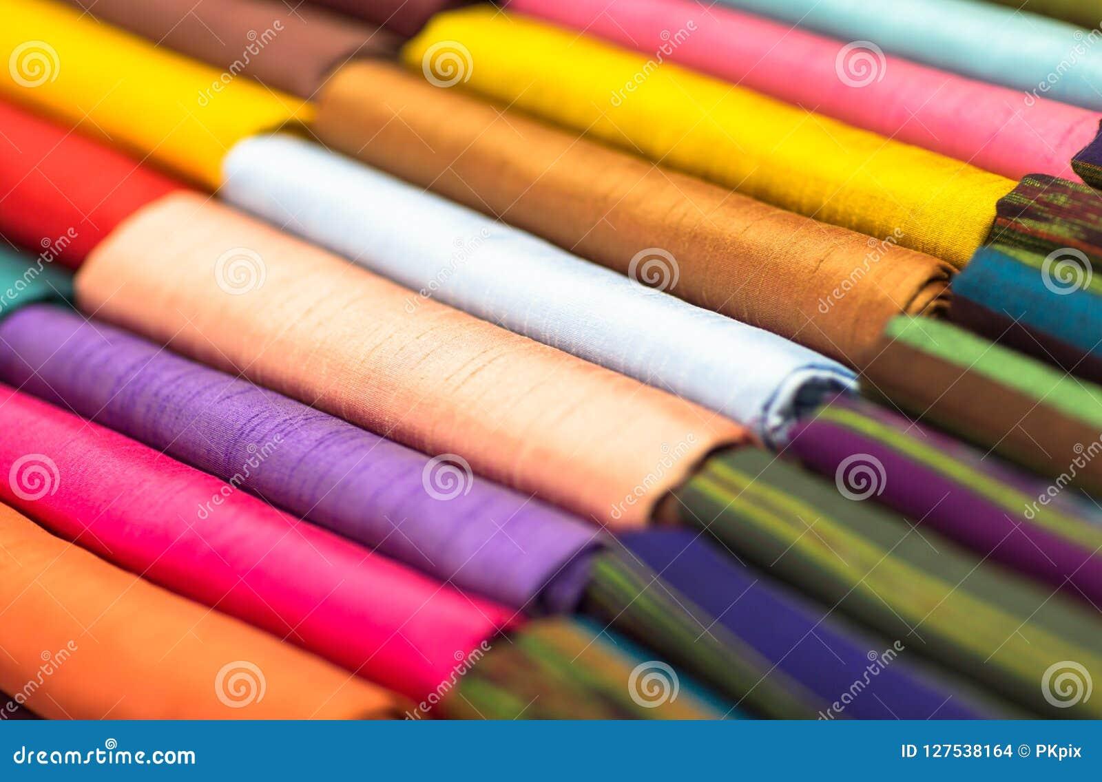 Tessuti colorati differenti piegati ordinatamente per esposizione closeup