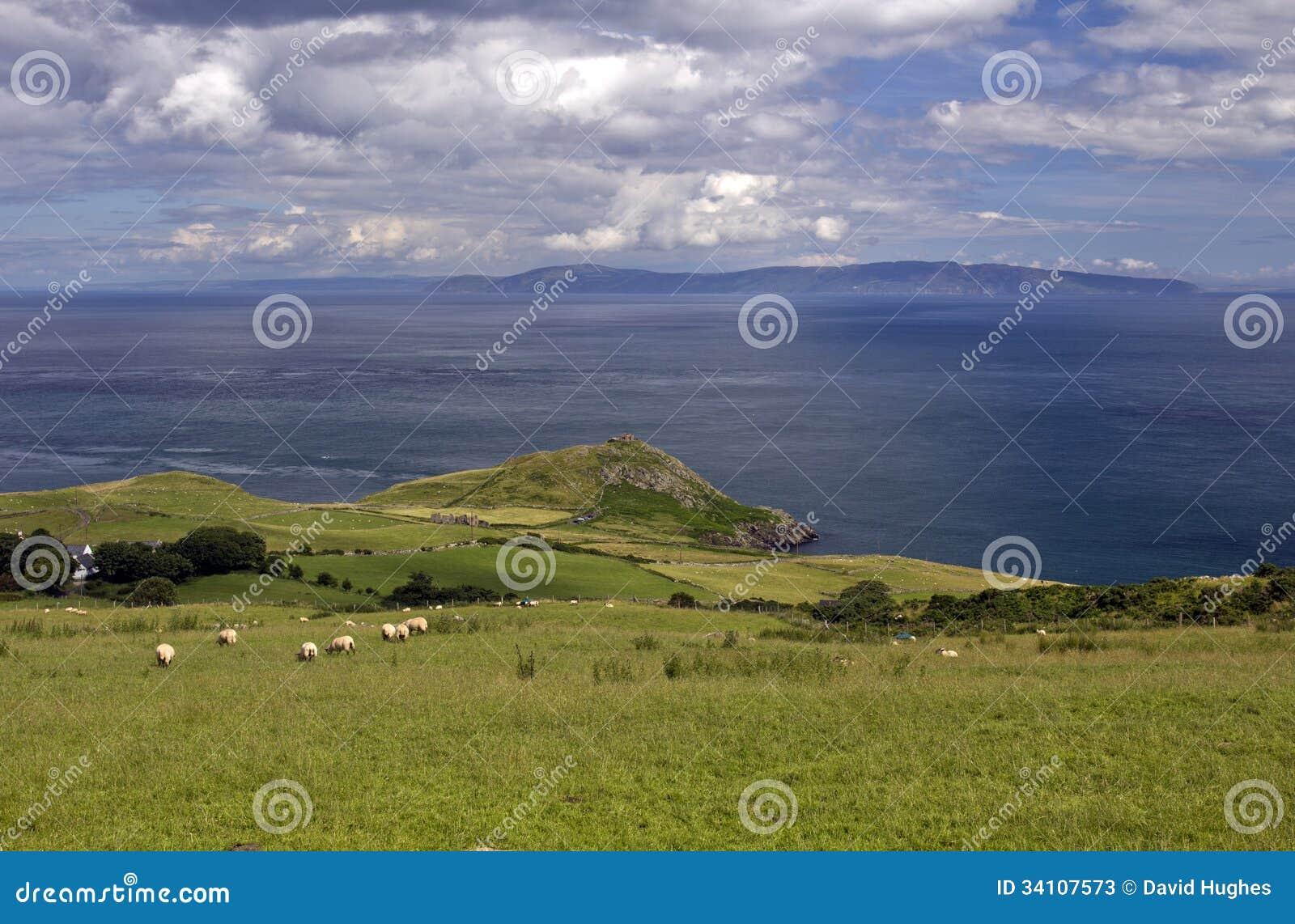 Testa dei torr ed attraverso il mare allo sciupare di Kintyre costa di Scozia, Antrim