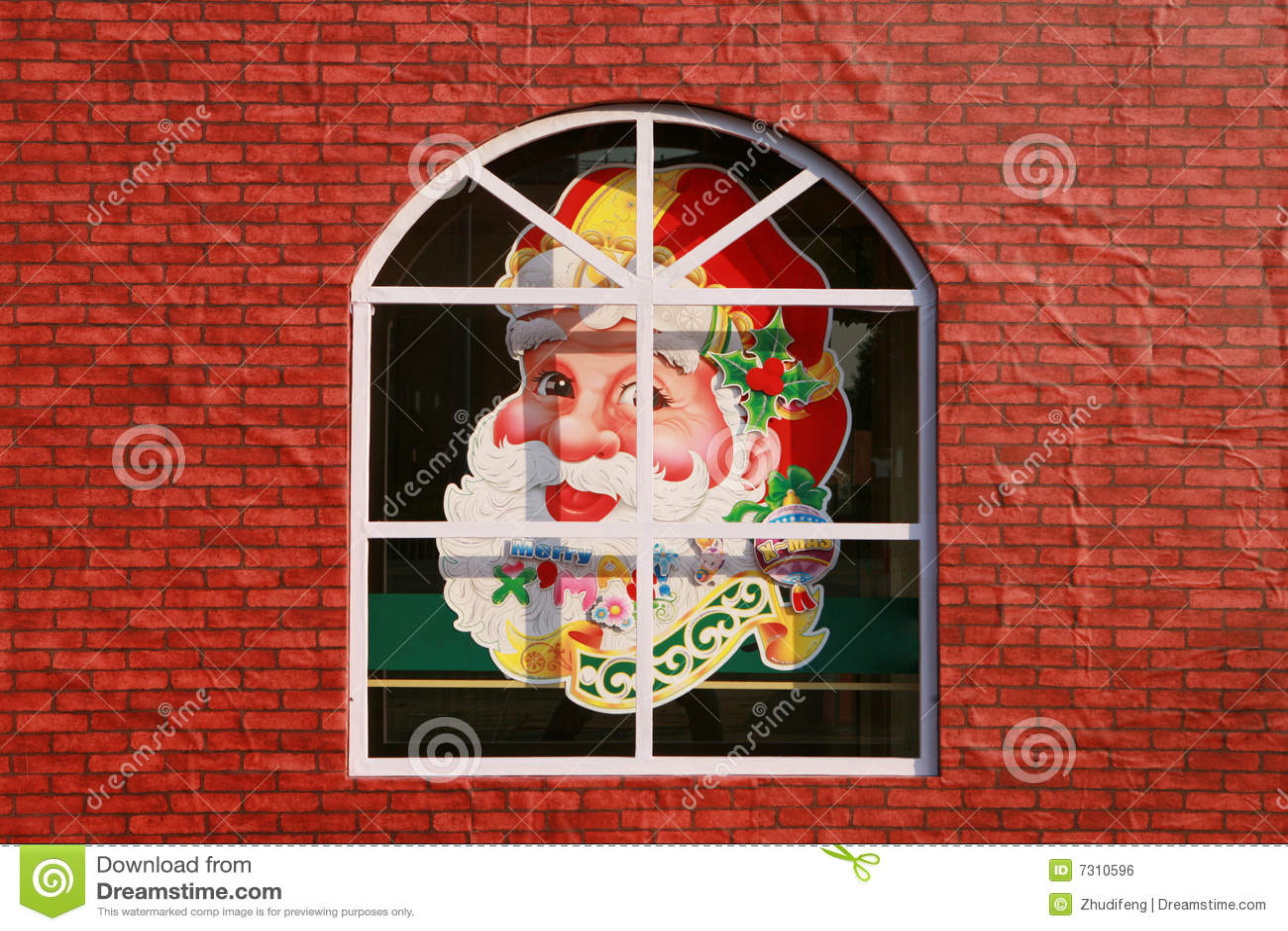 Testa del Babbo Natale sulla finestra