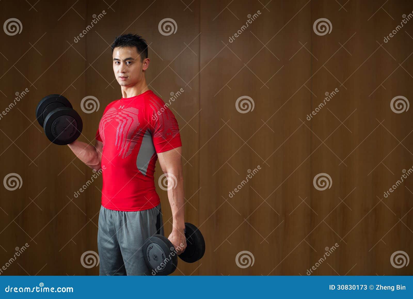 Testa di legno di sollevamento dell uomo nudo muscolare