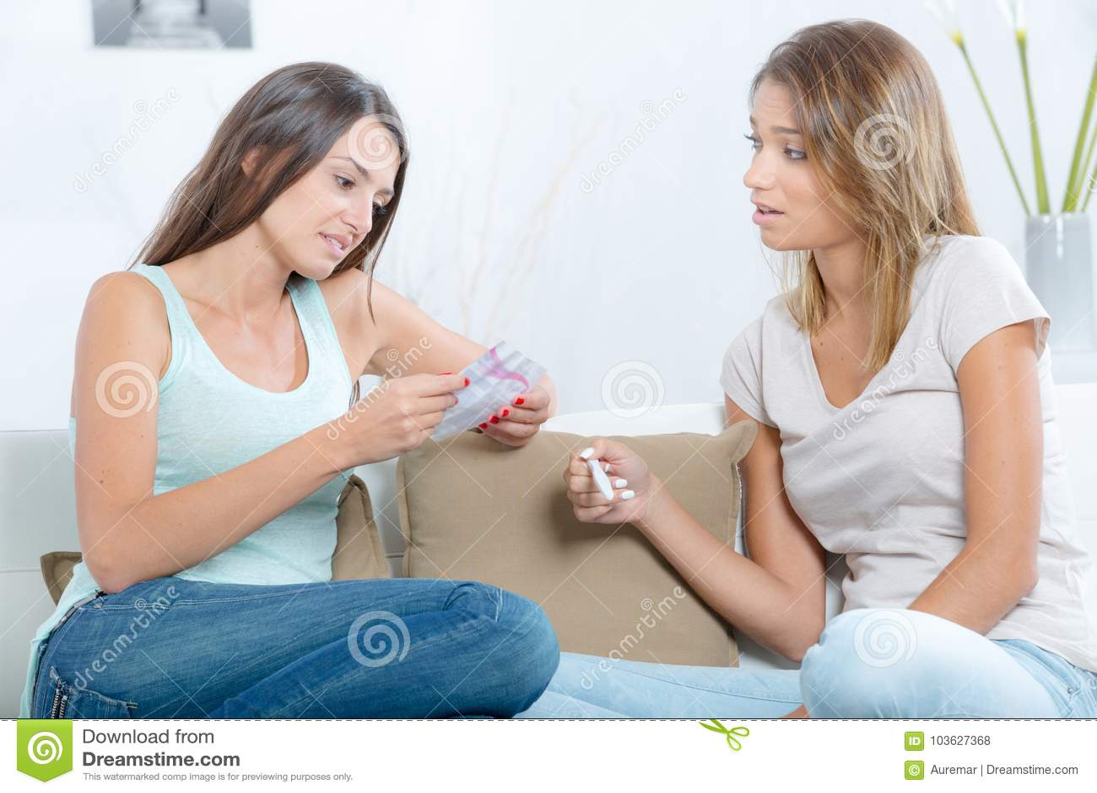 Teste de gravidez guardando adolescente assustado com melhor amigo