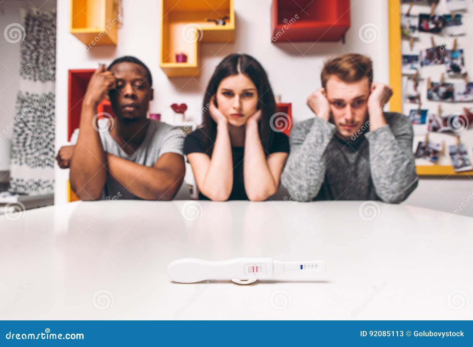 Teste de gravidez positivo, três povos, poligamia