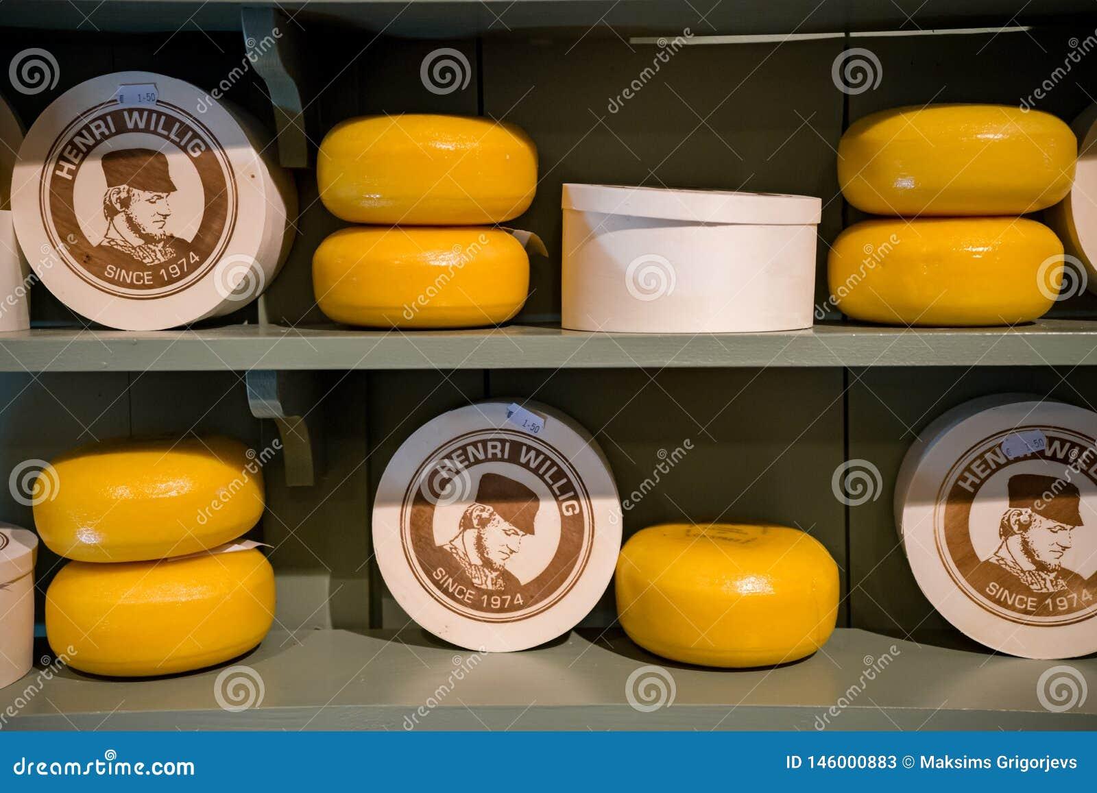 Teste del formaggio su esposizione nel deposito di Henry Willig, fuoco selettivo, Paesi Bassi, il 12 ottobre 2017